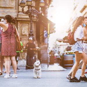 persone-camminano-in-città-tutisti